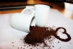 Легко приготавливаемая и полезная маска для лица из кофе и какао.