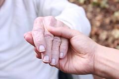 Пожилые люди с болезнью глаз должны стараться оставаться такими же мобильными и социально активными, как и люди с нормальным зрением