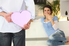 Для того чтобы выбрать подарок женщине или девушке на новый год, нужно ответить на множество вопросов...