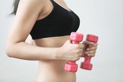 Выполнение упражнений с гантелями сократит количество вынужденных перерывов среди работников, страдающих от болей в шее, плечах и спине.