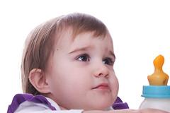 Покупка грудного молока через Интернет может стать причиной возникновения различных заболеваний у детей.