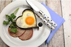 Яичница на завтрак  способствует снижению артериального давления.