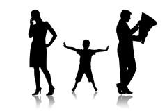 Порой детям трудно привлечь внимание родителей, увлеченных своими мобильными устройствами.