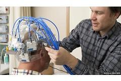 Шлем использует микроволновые сигналы (как в микроволновой печи) и смартфон, позволяющий создать картину того, что происходит во всех частях мозга. Фото: bbc.com