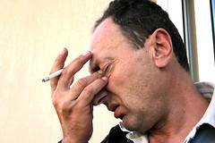 Риск возрастной макулярной дегенерации у курильщиков гораздо выше вследствие повреждения кровеносных сосудов, питающих сетчатку.