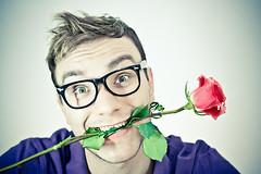 Мужчины могут более быстро и легко влюбиться. Этот факт объясняет, почему они более склонны к романтике, чем женщины.