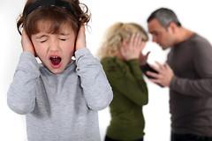 Вечно ругающиеся родители, которые остаются вместе из-за детей, наносят им больше вреда, чем пользы.