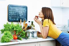 Есть продукты, которые не стоит хранить в холодильнике, т.к. это может испортить их свойства.