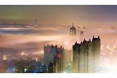 Туман смешивается с различными загрязнителями в городских районах, образуя смог.