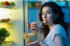 Поздний ужин и перекусов в ночное время увеличивает риск развития сердечно-сосудистых заболеваний и диабета.